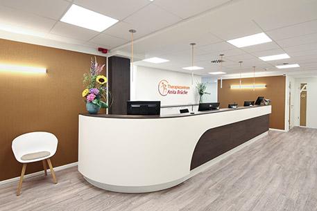 457x305 7929 Empfang Therapiezentrum Eingangsbereich